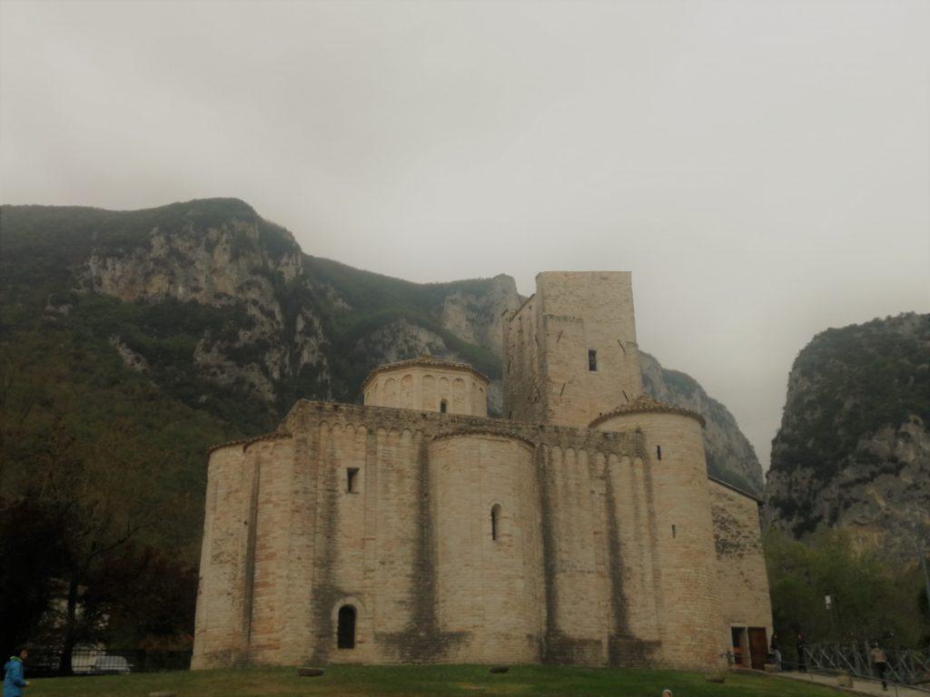 abbazia san vittore genga
